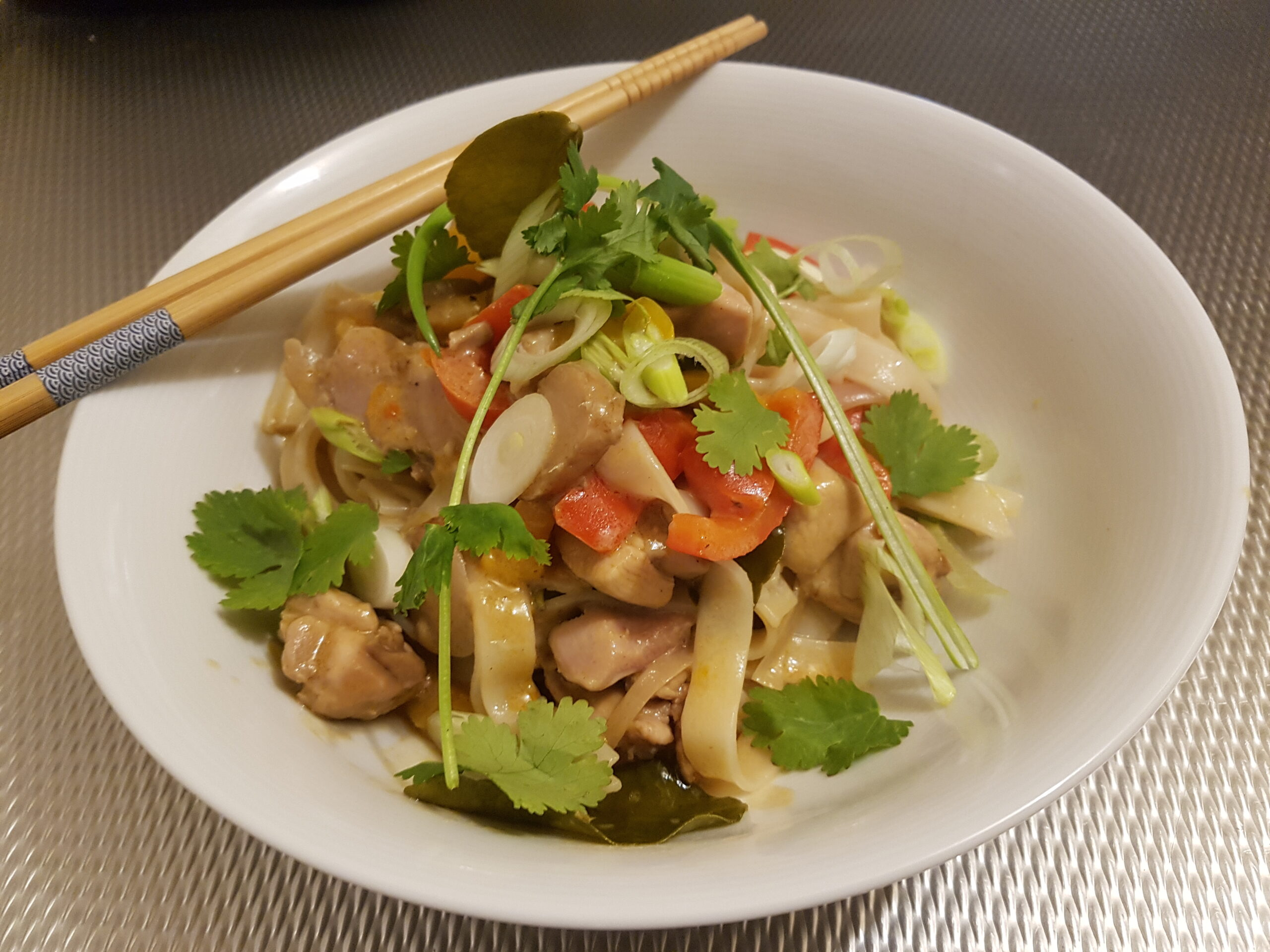 Thaise kip met paprika, kokos en rijstnoedels